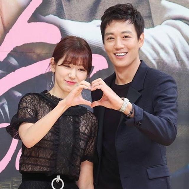 朴信惠(左)与金来沅在发布会上手黏手比爱心。(互联网)
