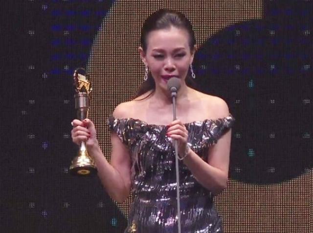 彭佳慧得奖后,在台上爆哭致辞。(翻摄自电视画面)