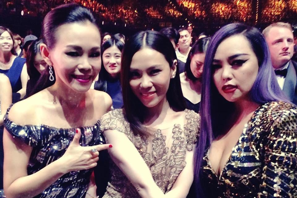 蔡健雅(中)与新科歌后彭佳慧(左)和张惠妹(右)合照。(蔡健雅Facebook)