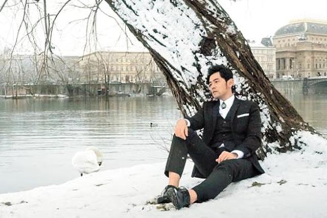周杰伦的新歌《爱情废柴》MV在捷克雪地中取景,营造浪漫气氛。(互联网)