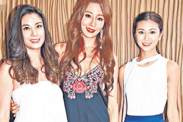 廖碧儿(左起)、陈嘉容和郭思琳在颁奖典礼上相见欢。(互联网)