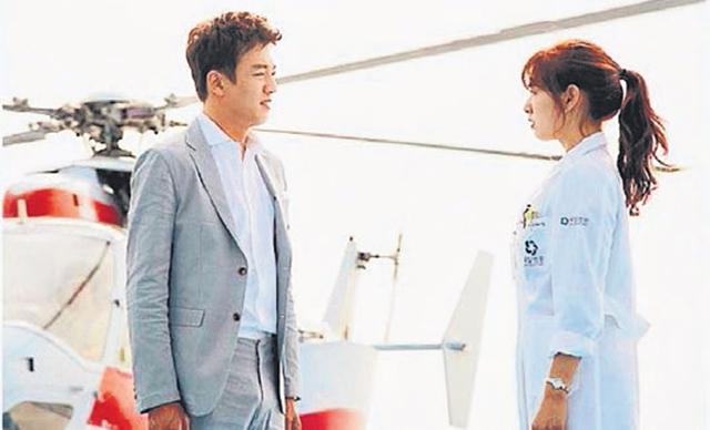 """朴信惠(左)与金来沅主演的""""Doctors"""",收视率节节上升。(互联网)"""