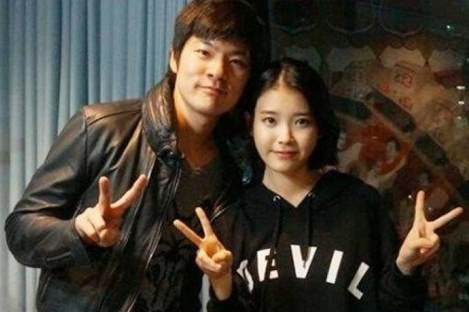 张基河(左)自爆曾到IU的拍摄片场为她加油打气。(互联网)