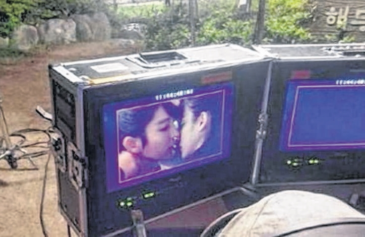 李准基亲吻IU的照片引发粉丝讨论。(互联网)