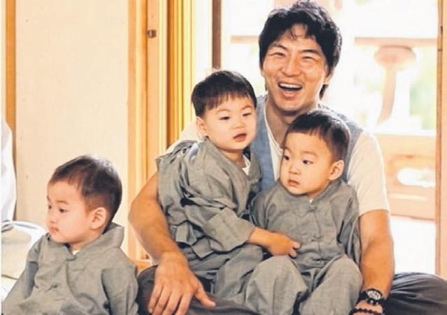 宋一国与超萌三胞胎大韩、民国、万岁从人气育儿节目《超人回来了》下车后,让粉丝相当不舍。(互联网)