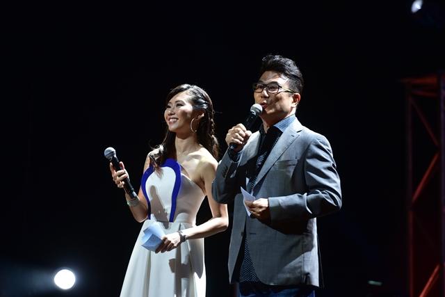 赵彩聆(左)与梁志强搭档主持演唱会。(mm2提供)