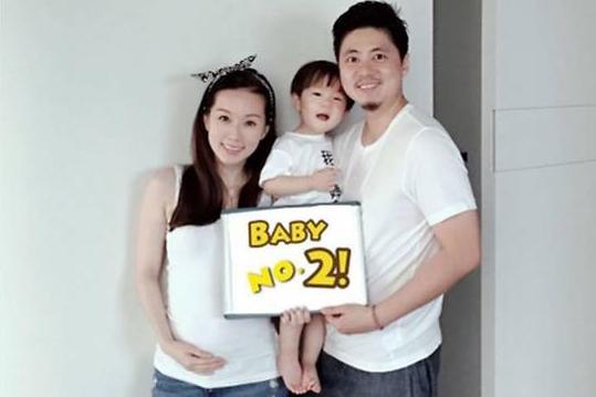 林湘萍(左)和老公田恩沛及儿子AJ在社交网上宣布将迎接新成员。(互联网)