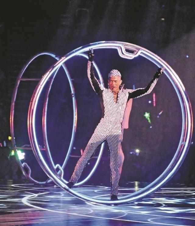 郭富城劲歌热舞,造型多变,还带来许多高难度动作。(互联网)