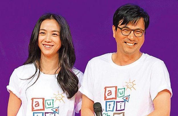 汤唯(左)和大她10岁的韩国导演金泰勇闪电宣布结婚,夫妻俩直到今年2月才做人成功。(互联网)