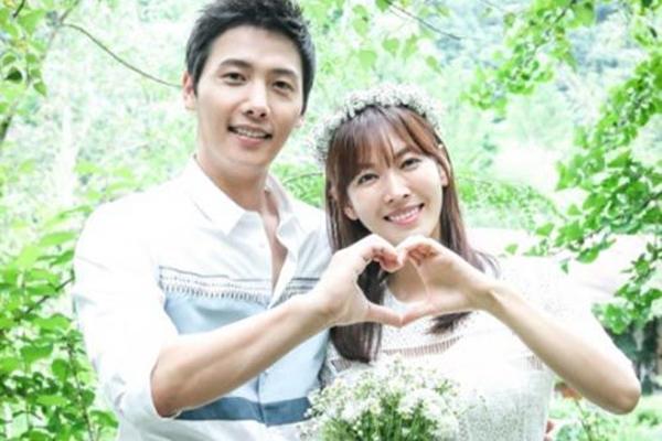 金素妍(左)因和李尚禹合拍《家和万事成》而结缘。(互联网)