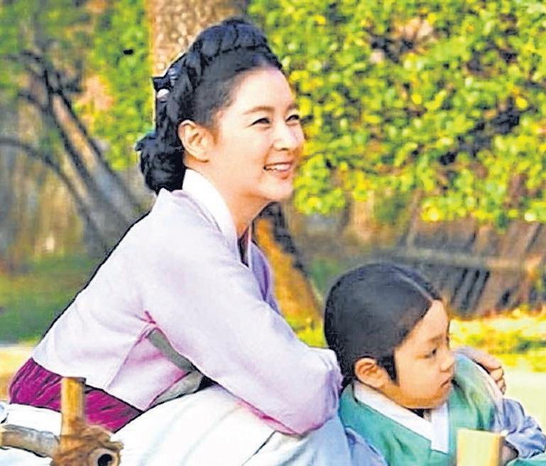 李英爱的新作《师任堂》,因顾及中国市场,妥协延至明年播出。(互联网)