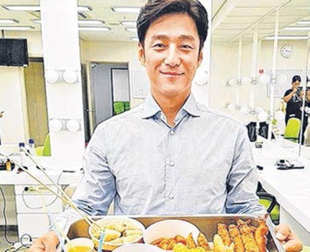 池珍熙开心捧着粉丝送来的美食拍照认证。(互联网)