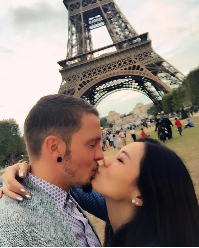 蔡健雅日前贴出与男友在巴 黎艾菲尔铁塔前的拥吻照。(互联网)