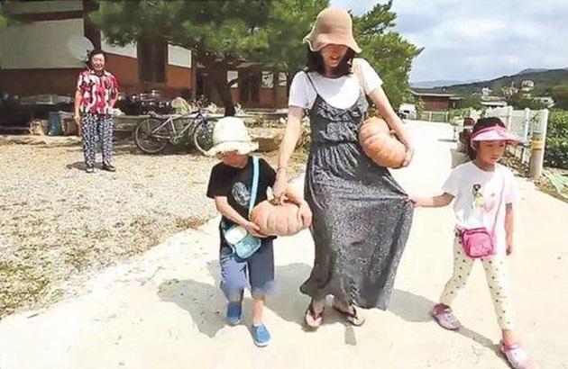 李英爱携子女上韩国中秋特备节目。(互联网)