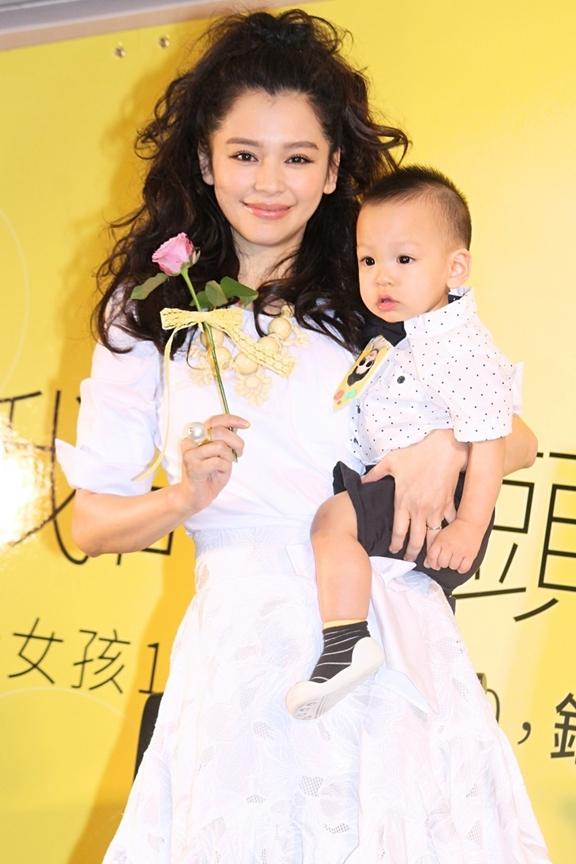 徐若瑄首度抱一岁儿公开亮相。(互联网)