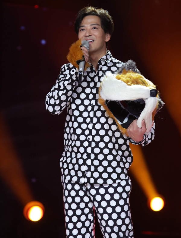 陈晓东才唱2句,一旁当评审的Ella就开批他的唱腔很老派。(互联网)