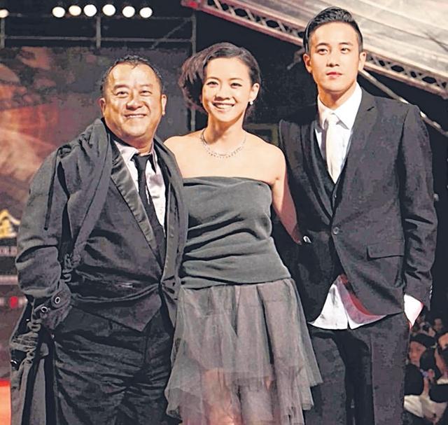 曾家两代,曾志伟(左起)、曾宝仪和曾国祥曾于2010年金马奖同台。(互联网)