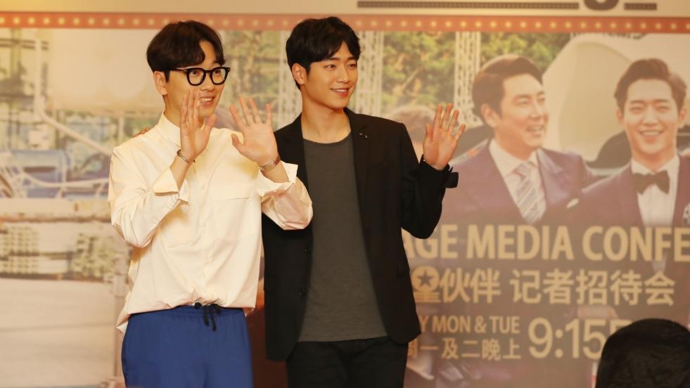 徐康俊(左)和李东辉来新宣传新剧。(摄影/饶进礼)