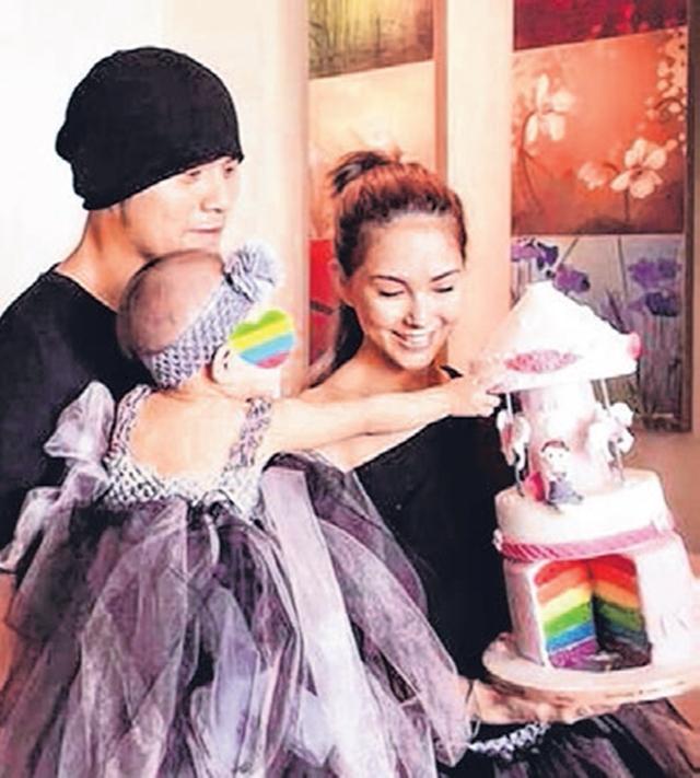 周杰伦(左)跟昆凌(右)育有1岁女儿小周周。(互联网)