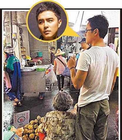明道去年到市场卖地瓜,他站在一旁为她撑伞。