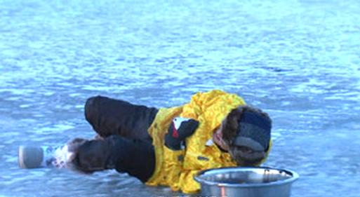 林志颖录影时在冰湖摔倒。
