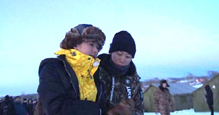 林志颖(左)跌倒后被工作人员扶起,表情痛苦。