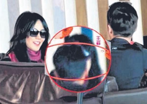 王菲在机场候机室亲吻谢霆锋。(互联网)