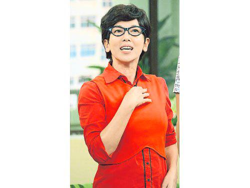 鐘琴戴黑假发和眼镜再扮Miss Tan,上方言综艺节目《欢喜就好》。