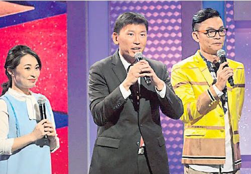 新加坡卫生部兼通讯及新闻部政务部长徐芳达(中)的歌喉雄浑有力。