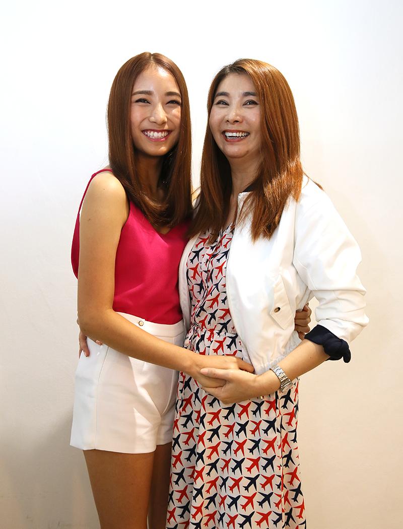 二女儿蔡绮耘被本地知名发型师Addy发掘,接拍Sunsilk洗发水广告,陈秀环到拍摄现场为女儿打气。