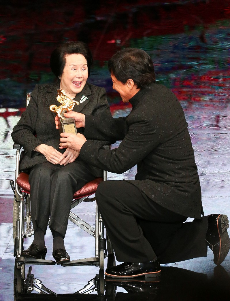 李丽华2015年11月获第52届金马奖终身成就奖,由成龙颁奖。