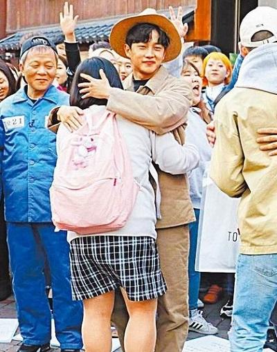 金敏硕(中)领军其他配角,上街放送爱的抱抱。