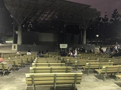 3月22日晚上8点,现场已有不少人排队。