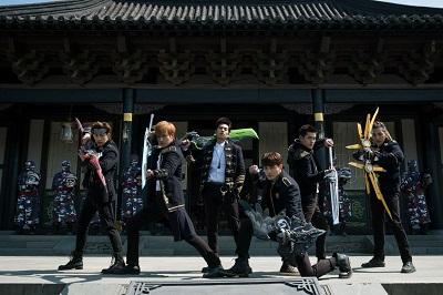 金中西(左起)、Evan、子闳、伟晋、易恩、张贺茗现场为武打戏排练。