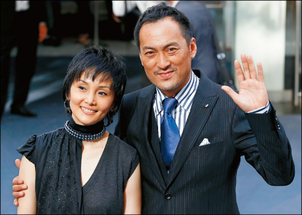 渡边谦(右)日前惊传背着南果步偷吃长达3年,南果步得知后震惊到几乎崩溃。
