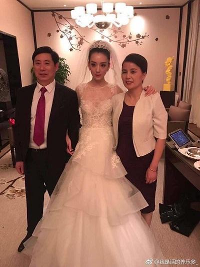方媛穿白纱在父母陪伴下出嫁。(图/摘自微博)