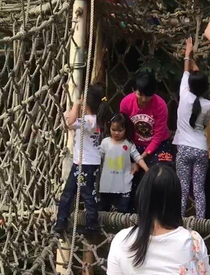 蔡少芬救起女儿后,扶着她慢慢走下绳网。