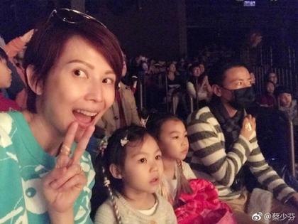 蔡少芬(左)与中国演员张晋(右)育有2个宝贝女儿。