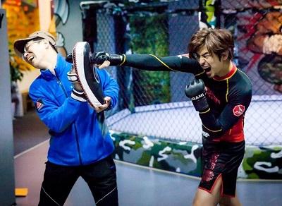 陈柏霖(右)为客串韩剧《华丽的反击》练拳击。
