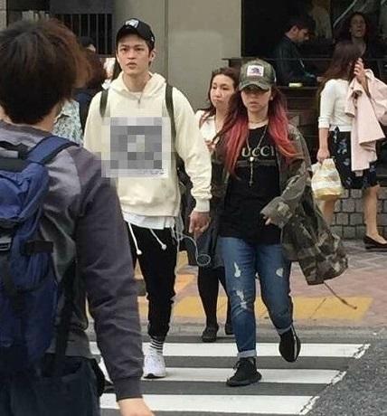 邓紫棋(右)在东京与一男子十指紧扣过马路。