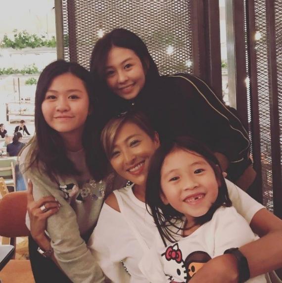 邱淑贞3位女儿和干妈合照。