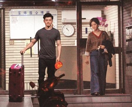 辰亦儒(左)和曾之乔一起从曾家出来,男生还帮忙拿行李。