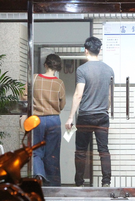 曾之乔(左)和辰亦儒一起返回曾家。