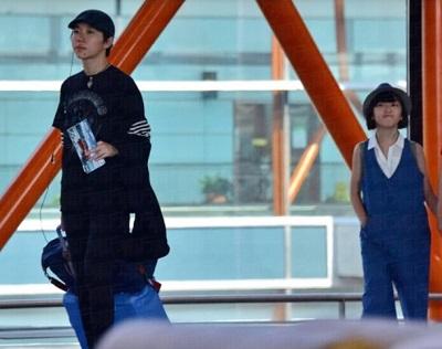 窦靖童和李嫣一起现身北京机场,她帮妹妹拉行李,还不时往后看。