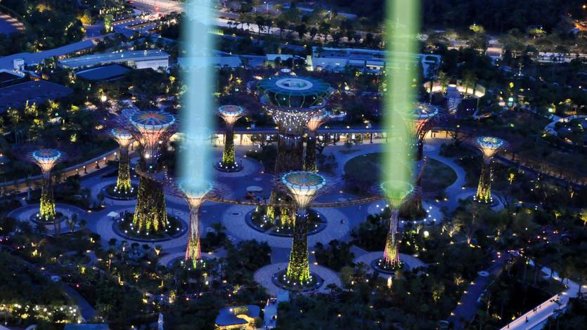"""滨海湾花园的""""擎天大树""""下月初将变成《星球大战》里绝地武士所舞动的蓝色和绿色光剑。"""